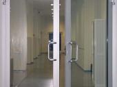 стеклянные двери в алюминиевом профиле