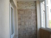 Оригинальная отделка балкона штукатуркой с нанесением иероглифов