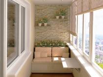 Отделка стен балкона однотонной штукатуркой и камнем