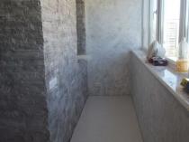 Отделка стен балкона штукатуркой с имитацией кирпичной кладки