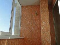 Декоративное оформление стен балкона при помощи текстурной штукатурки