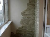 Сочетание штукатурки и декоративного камня для отделки стен балкона