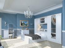 Спальня с белой мебелью и голубыми в полоску стенами