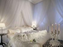 Декорирование спальни белыми легкими занавесями