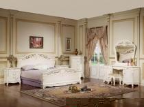 Интерьер белой спальни с лепниной и декоративными панелями на стенах
