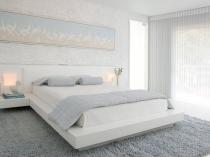Белая спальня с нежно-голубым панно на стене