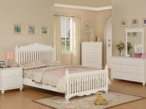 Уютная белая спальня с однотонной отделкой стен бежевого цвета