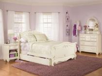 Сочетание белой мебели и светло-сиреневой отделки в дизайне спальни