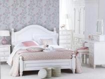 Белая спальня с нежным цветочным рисунком на обоях