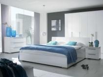 Элементы декора голубого цвета в дизайне белой спальни