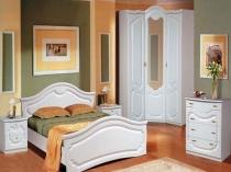 Комбинирование зеленого и оранжевого цвета в отделке белой спальни