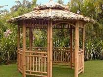 Беседка из бамбука с соломенной крышей