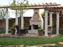 Открытая беседка-павильон с каменными колонами