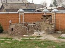 Открытая беседка с каменными стенами