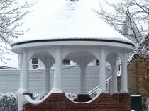 Кирпичная беседка с куполообразной крышей