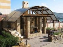 Кирпичная беседка под поликарбонатной крышей