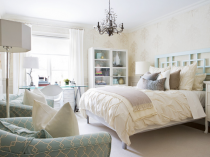 Просторная спальня в бежево-голубых тонах оформления интерьера