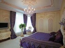 Классическая спальня в фиолетово-бежевом цвете
