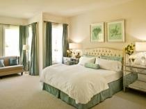 Зеленый текстиль в светлой бежевой спальне