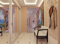 Увеличение пространства коридора при помощи светлых обоев