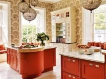 Обои с рисунком в кухне с мебелью терракотового оттенка