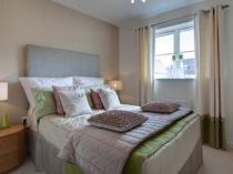 Однотонные светлые обои для спальни в стиле минимализм