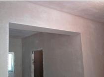 Стены после высыхания цементной штукатурки