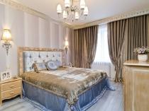 Шторы кофейного оттенка в классическом дизайне спальни