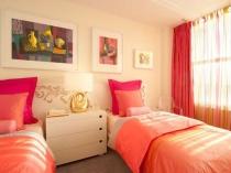 Алые шторы в тон текстиля в спальне
