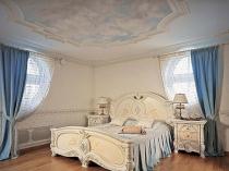 """Голубые шторы в спальне с """"небесным"""" потолком из гипсокартона"""