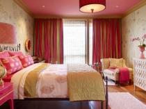 Красно-зеленые в полоску шторы в спальне