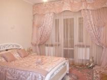Многослойные розовые шторы в романтическом дизайне спальни