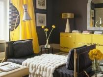 Необычное сочетание желтых штор и темно-серых стен в спальне