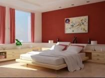 Яркий акцент на стену с красной отделкой в светлой спальне