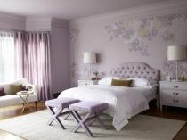 Большая спальня в нежных светло-сиреневых тонах