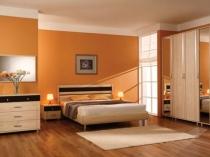 Оранжевая отделка стен для создания позитивной атмосферы в спальне