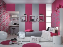 Контрастная серо-малиновая отделка в современной спальне подростка