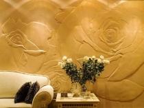 Декоративная штукатурка и лепнина на стене гостиной