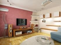 Розовая фактурная штукатурка в отделке стены гостиной