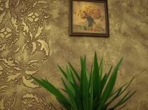 Декорирование стены фактурной штукатуркой с использованием трафарета