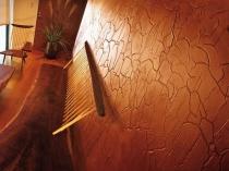 Глянцевая поверхность декоративной штукатурки кракелюр