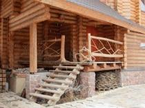 Деревянное крыльцо на бетонных опорах