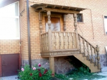 Боковая лестница деревянного крыльца