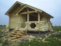 Крыльцо дома со ступеньками из полубревен