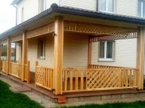Пристройка деревянного углового навеса к дому
