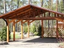Деревянный навес под двускатной крышей
