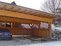 Полузакрытый деревянный навес с поликарбонатной крышей для авто