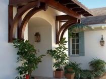 Красивый навес из дерева над крыльцом дома