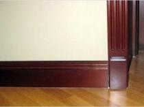 Деревянный плинтус под цвет двери