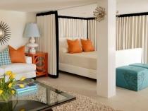 Обрамление кровати шторами в спальне-гостиной